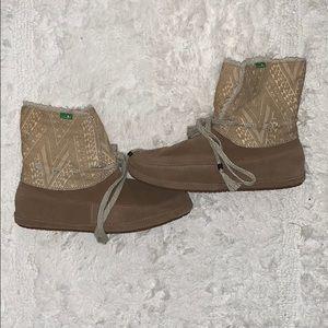 Tan sanuk boots/slippers
